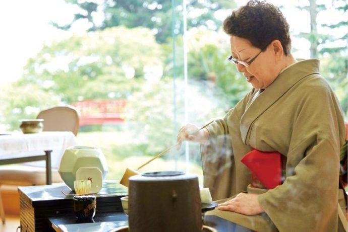 お茶席では、神戸淡交会第一支部の協力のもと、お茶が振る舞われた