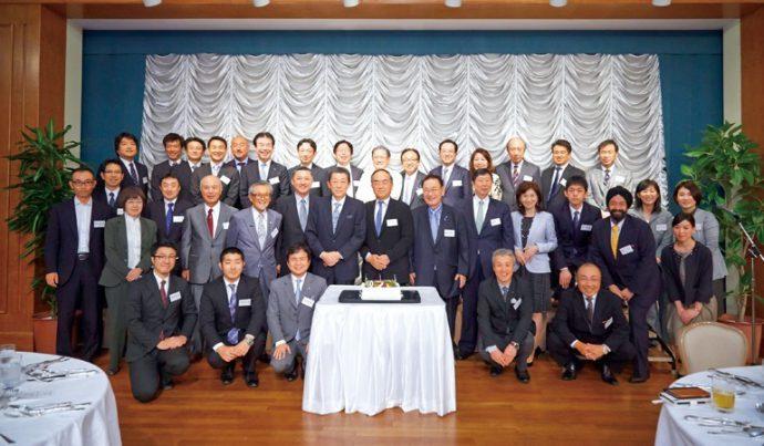 「神戸は大好きな街です」と御家元。神戸今日会のメンバーの皆さんと共に