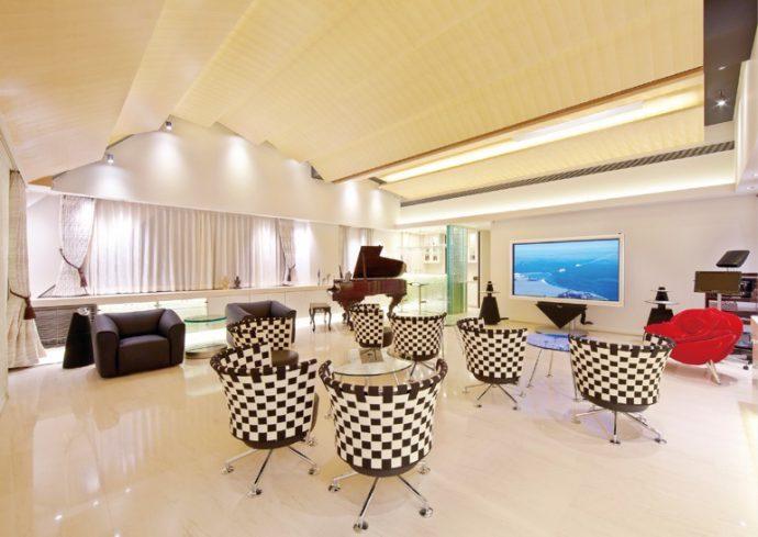 天井には音の反響を考え、バイオリンに使用される木材を使用した