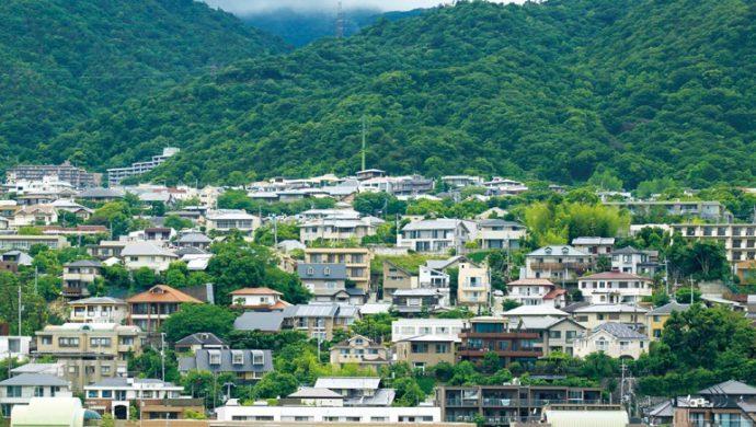 六甲山系の山並みと同化する芦屋山手の街並み