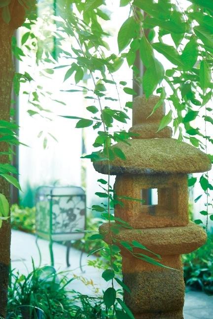 しだれ桜と灯篭が日本情緒を引き立てる