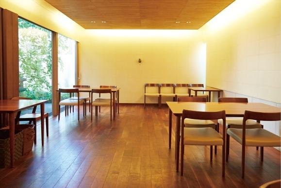 シンプルに配置されたテーブル席