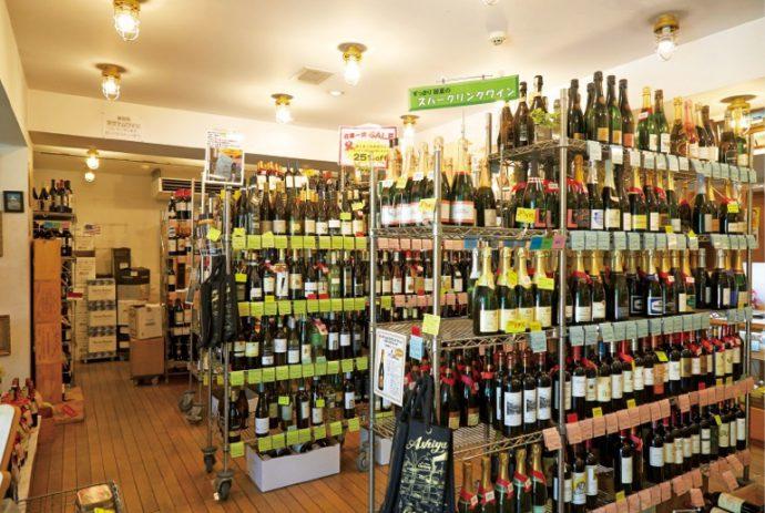 世界中のワインが所狭しと並ぶ