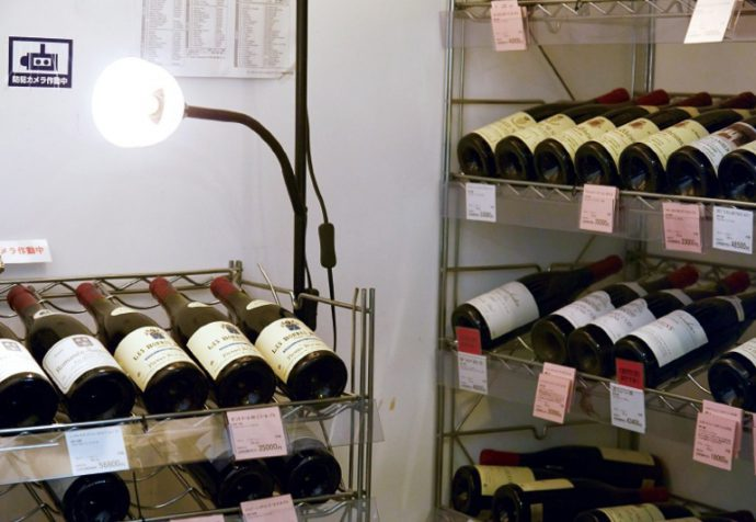 ワインセラーには、貴重なワインが並ぶ