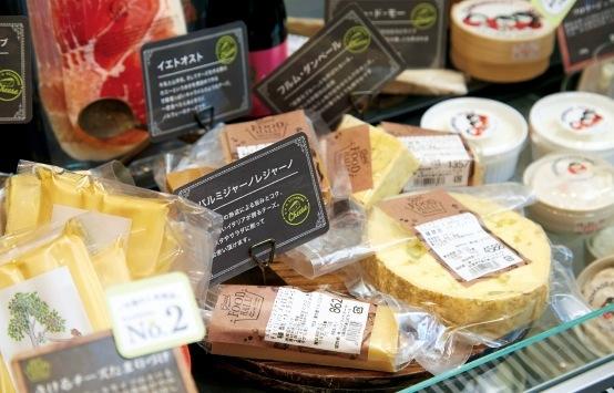 チーズも世界各地の品質にこだわる商品が並ぶ