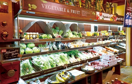 地元兵庫県の選りすぐりの野菜や果実が並ぶ