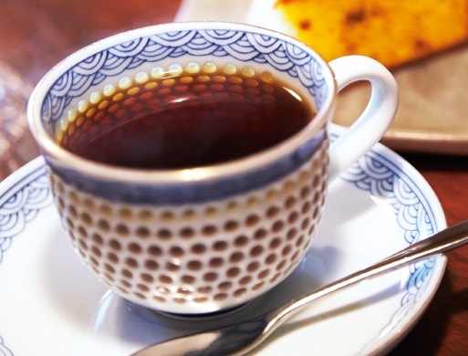 有田焼のカップからコーヒーの良い香りが立ちこめる