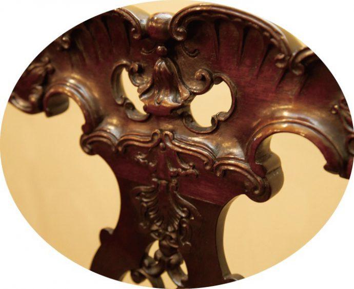 素材は数あるマホガニーの中でも最高峰のもの、手彫り。貴族のステイタスシンボルであった、シノワズリーを感じさせます