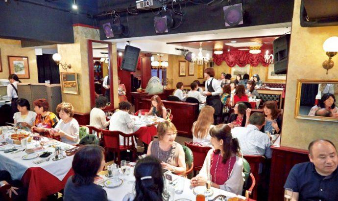 「ブラインカフェ」のお料理を楽しむ参加者たち