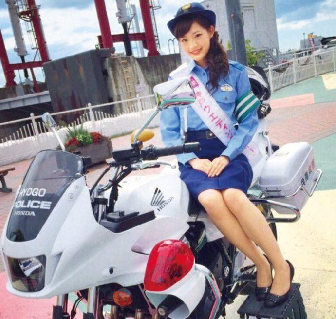 2016年4月、サンシャインワーフ神戸で行われた、兵庫県警による「春の全国交通安全フェア2016」。石本さんと竹井さんが出席