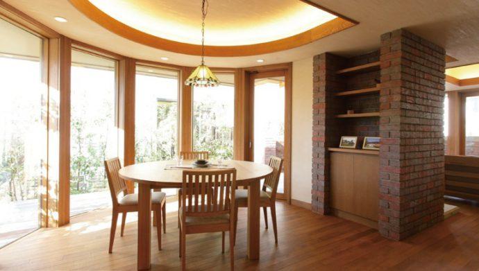 キッチン・ダイニング・リビングは空間の流れを重視し、ドアや壁で仕切らないオープンな設計になっている。建物のサイズは「人間的なサイズを基準とする」という建築思想に沿って、プロポーションを重視した。