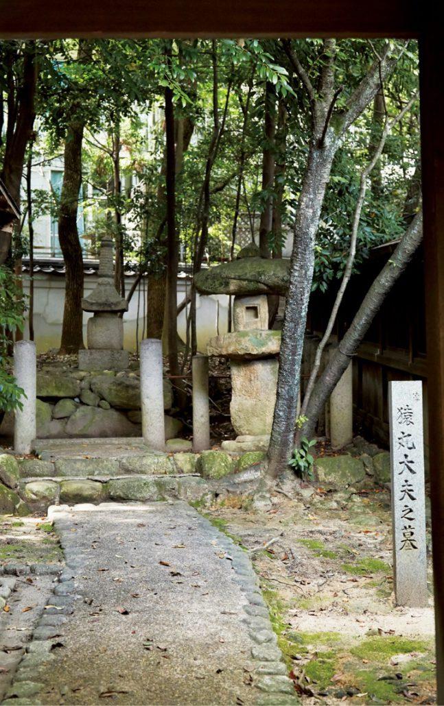 境内には百人一首の歌で有名な猿丸太夫のお墓がある
