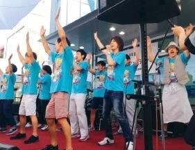 華麗に歌い踊るメンバー