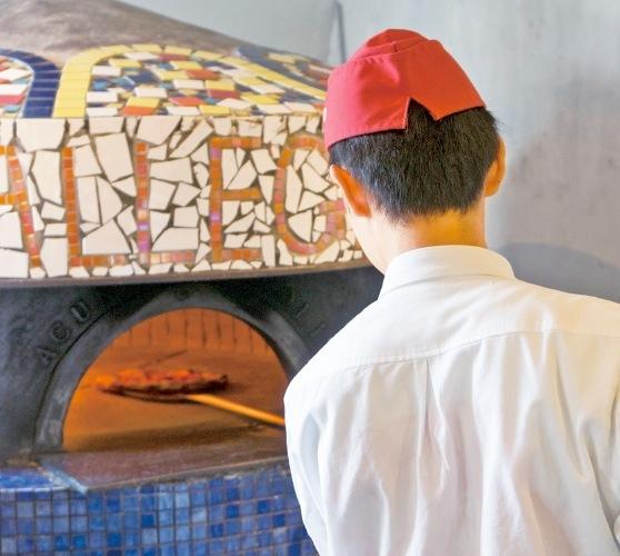 たきぎのピザ窯「ジャンニアクント」であっという間に焼きあがる