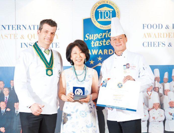 6月にベルギー・ブリュッセルで行われた受賞式にて、審査員と伊藤紀美子さん(中央)