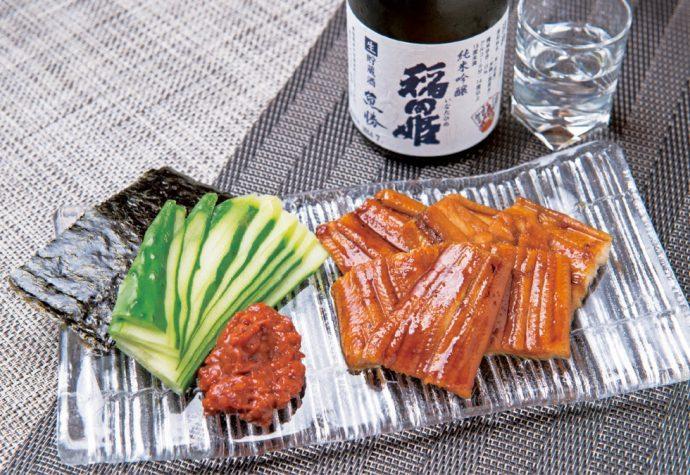 蒸した穴子を自家製タレで焼き上げた穴子料理は魚勝の名物 写真は「磯巻き穴子」(1,500円〜)