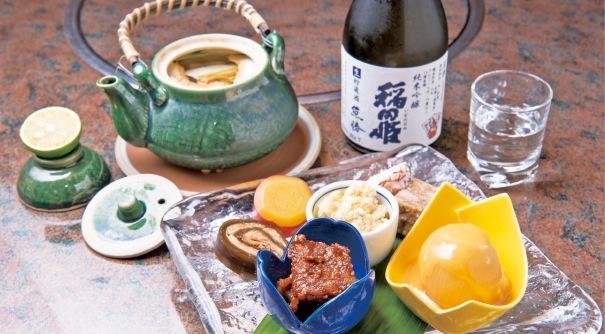 手前/前菜7種盛り(700円)、奥/松茸土瓶蒸し(1,300円)、 魚勝ラベルのついた米子のお酒「稲田姫」