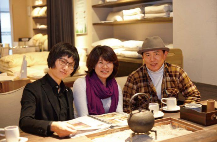 今井博志さん・晶子さん夫妻と。囲炉裏を囲む「和みコーナー」にて