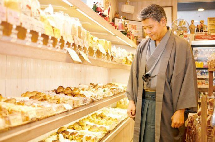 """「いろんな種類があって楽しいパン屋さん。たくさんまとめ買いします」とパン好きの山西康司宮司も""""パンタイムファン""""の一人。「芦屋神社は私にとって心のよりどころ。宮司さんには親しくしていただいて光栄です」と代表の宮野さん"""