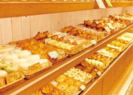 店内には、次々焼き上がってくるパンが並ぶ
