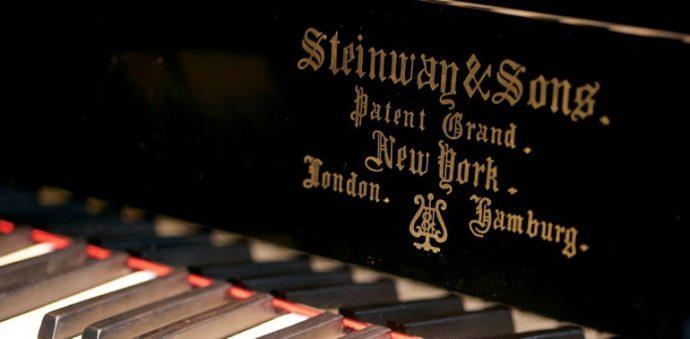 モダンピアノの原点となったのがスタインウェイ。写真上は、全盛期を誇った頃の名器「ルイ15世」(1920年製)。 写真下は1922年製