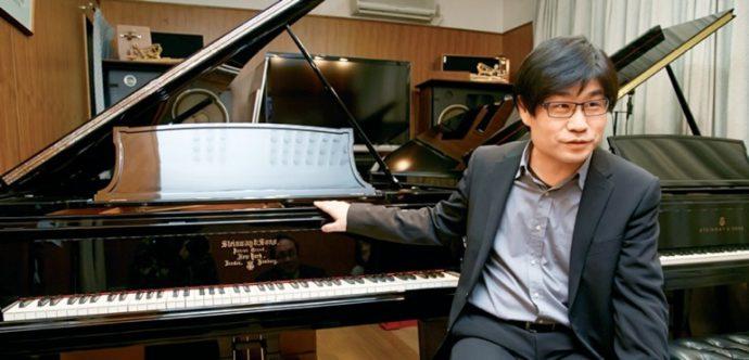 年間、300台のピアノの調律や修理を行うという