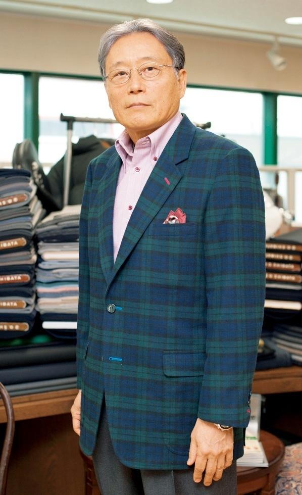 「ライトーフィット」ジャケットを着用した柴田音吉五代目社長