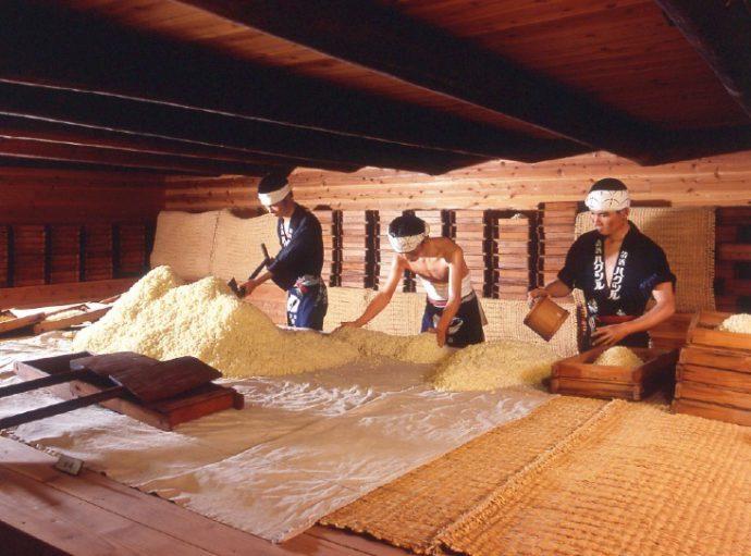 白鶴酒蔵資料館の館内では、昔ながらの酒造工程や作業内容を立体的に展示