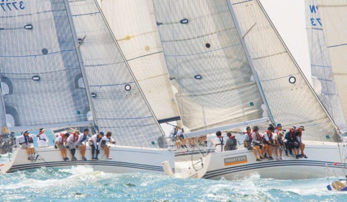 潮風を受けて西宮港を帆走する関西ヨットクラブのメンバーたち