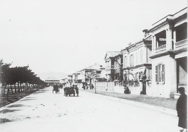 居留地海岸 「神戸写真帳」明治中期(神戸市立博物館蔵)