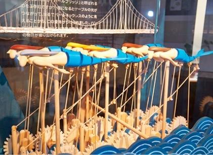 「パールブリッジ」をモチーフにした木製からくり人形