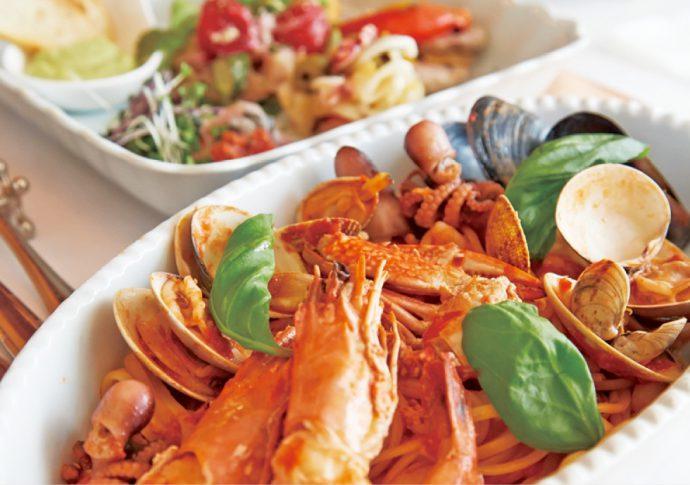 手前/海老と魚介類をふんだんに使ったトマトソースのリングイネ「ペスカトーレ」(1,450円)、奥/前菜盛り合わせ