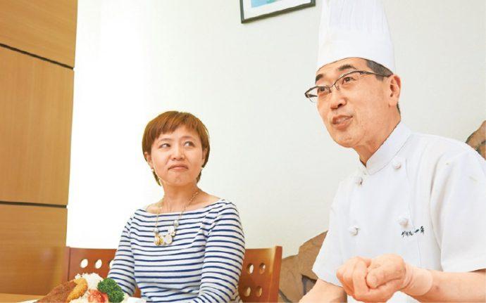 オープンキッチンからお客様のようすを見て「笑顔で帰っていただくのが楽しみ」と話すご主人・山本隆久さん