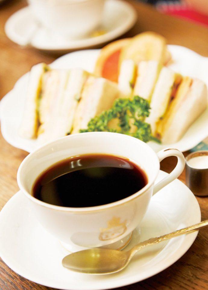粗挽き豆のコーヒー(350円)、奥はハーフサンド