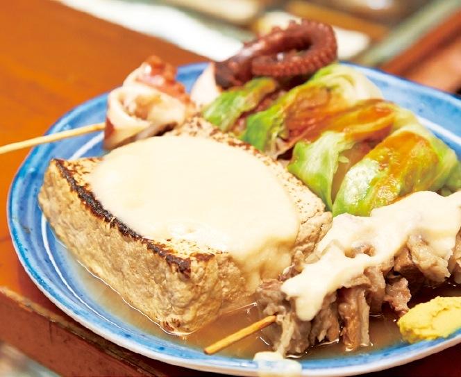 おでんは一品100円~で、この大きさ。 お昼はおでん定食(600円)等定食メニューあり。