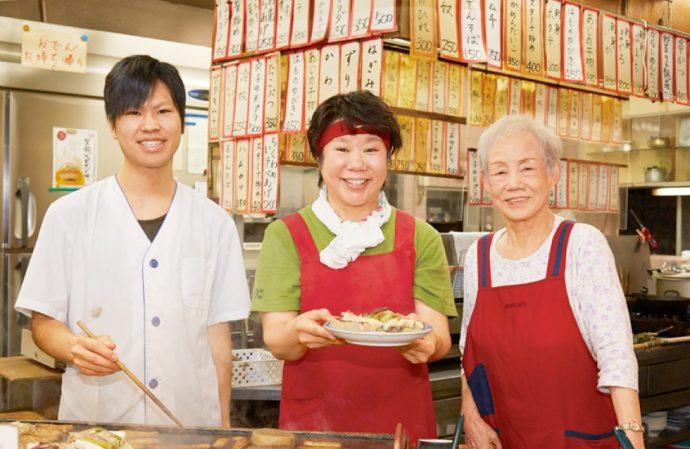 左から3代並んで、鈴木拓矢さん、籠谷祐子さん、女将の鈴木寛子さん