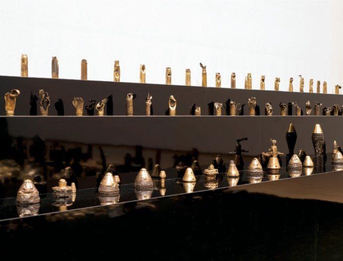 高野山開創1200年特別企画展で公開される弾頭や薬莢。 2011年兵庫県立美術館にて 撮影:豊永政史(SANDWICHI GRAPHIC)