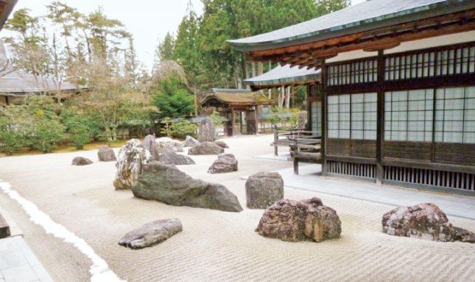 国内で最大級の石庭「蟠龍庭」は、2,340平方メートルの広さを誇る
