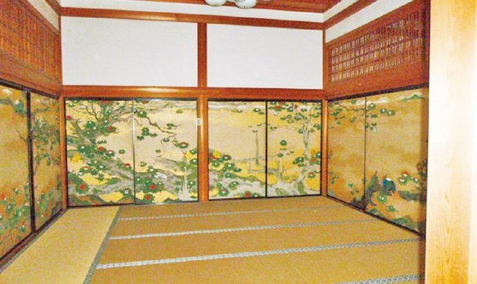 奥殿の内部。畳を取り外し、榎忠氏の作品を公開する