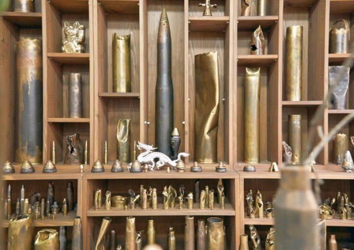 薬莢や弾頭の数々。大きなものは1メートル近い