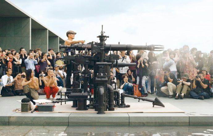 自作の大砲。イベントのオープニングなどで空砲を轟かせる。 2007年豊田市美術館にて。来年はロンドンで薬莢の個展を開催する       撮影:太田拓実