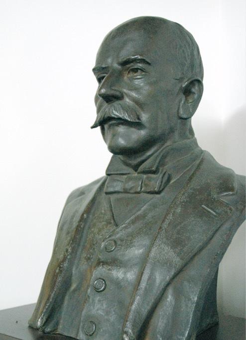 A.Hグルーム(1846-1918)の胸像 威厳に満ちた表情を浮かべる