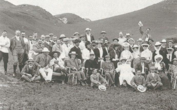 明治40年(1907)、神戸ゴルフ倶楽部のコース開き当日の写真