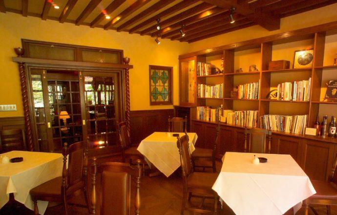 明治期にダンスホールとして作られた喫茶「サロン ロシオダプラッタ」。 寄せ木細工の床、舶来のステンドグラスなど、こだわりの調度品が並ぶ