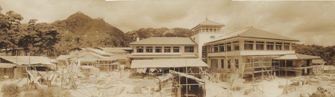 昭和8年(1933)に完成した山口吉郎兵衛邸(現・滴翠美術館)。竣工に向けて工事を行う様子が写真で残る
