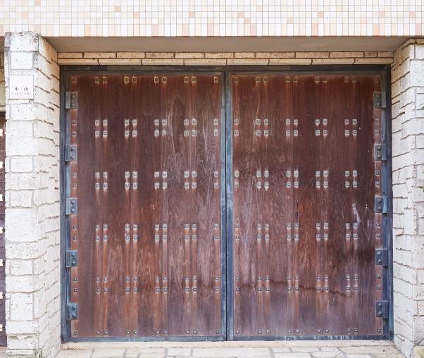 一枚板のチーク材を使った扉