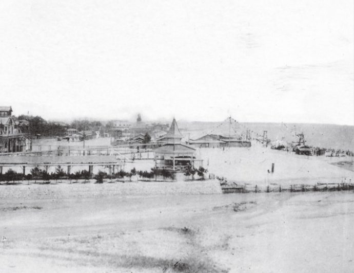 写真提供:西宮市情報公開課 明治後期、関西最大の遊園地であった香櫨園の海水浴場