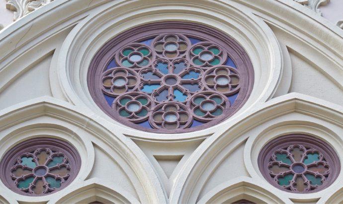 教会内には、ファサードの薔薇窓を通して鮮やかな光がふりそそぐ