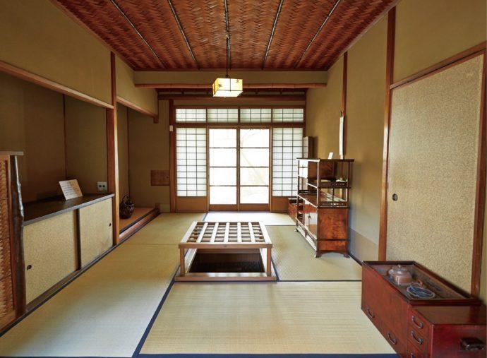 茶の間は、茶室研究でも知られる岡田孝男の設計。茶室の設えを随所に施した