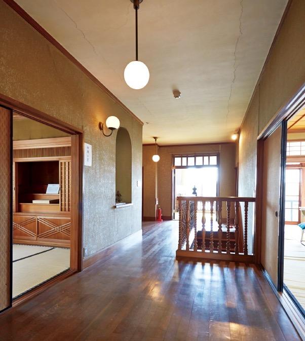 2階ホールは洋式スタイル。モダニズム建築の特徴は和洋折衷様式